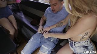 Garotas fazem vídeo de sexo na van com pauzudo safado