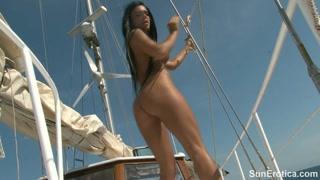 Deusa morena bronzeada e pelada faz pose sexy no veleiro