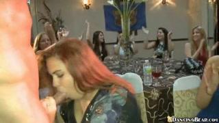 Clube das mulheres recebe stripper e várias mulheres fudendo