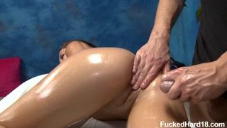 Gata na sessão de massagem vibra de tesão com enfiadinha