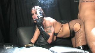 Piranha fuma cigarro enquanto leva fincada no rabo