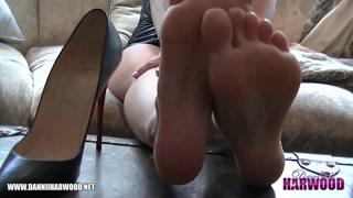 Fetiche sexual com loira pelada com sapato de salto alto