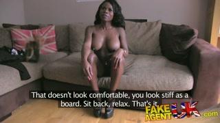 Gatinha faz teste para filme pornô e mama rola do empresário