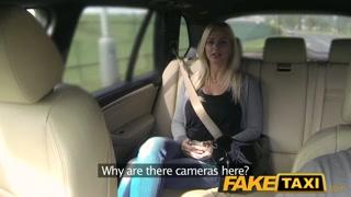 Loirinha safada se excita no táxi e fode com o motorista