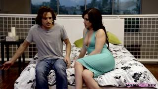 Morena faz charme e seduz o cara com sexo anal e oral