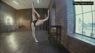 Sensualidade e beleza com bailarina de calcinha e sapatilhas