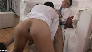 Dois tarados fazem porno gay se chupando muito
