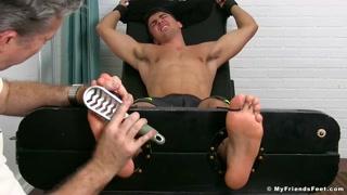 Fetiche sexual e louco prazer com cócegas nos pés