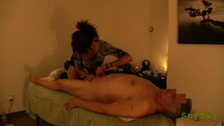Executivo vip ganha boquete na sessão de massagem erótica