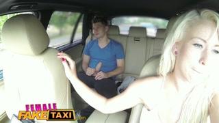 Corrida de táxi com motorista loira na foda com passageiro