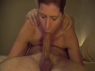 Mulher mostra na webcam como se faz um bom boquete
