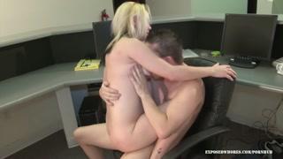 Mulher senta no colo do amante e pula de prazer na pica
