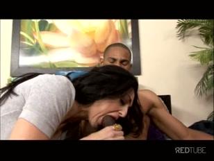 Mulher safada pega no cacete do negão e enfia tudo na boca