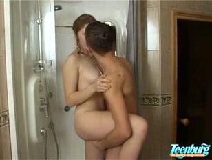Namorado com tesão dá uma pegada com amor no banheiro.