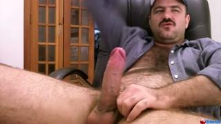 Marmanjo com tesão se alivia tocando punheta na webcam