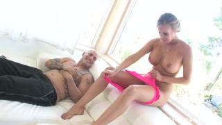Garota linda faz sexo romântico com homem forte