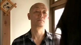 Japonesa chupa o velho tarado e o vizinho estupra ela.