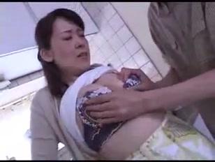 Dona de casa louca de tesão fode com amante jovem na cozinha