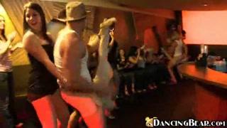 Festa no clube com dançarinos nus na farra com mulherada