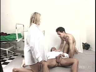 Enfermeira vê sexo gay peludos na sua frente em sexo gay