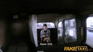 Passageira amadora leva piroca na buceta dentro do táxi