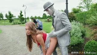 Mulher carente tira o caralho duro do homem estatua e fode.