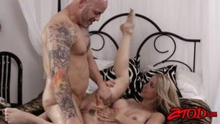 Loira gostosa mama na rola e leva pau do marido tatuado