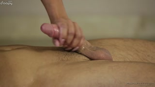Loira de tetas rijas dando uma massagem de corpo no cliente.