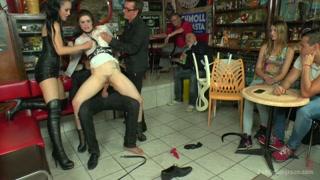 Putinhas gostosas ficam peladas e mostram o corpo no bar