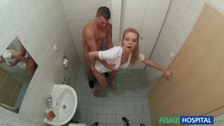 Enfermeira loira muito gata dando muito no banheiro