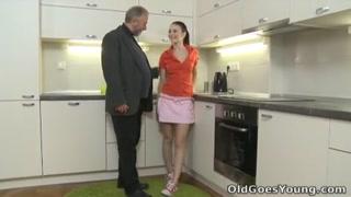 Novinha amadora trepa com vovô safado chupador de xereca