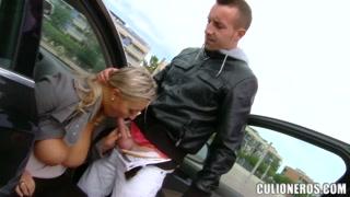 Peituda loira paga pau e faz espanhola com amante no carro