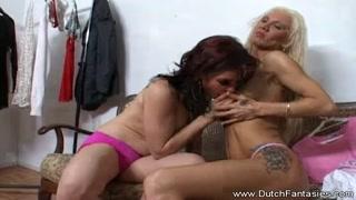 Mulher se masturbando com a mão da sua amiga lésbica
