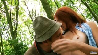 Piquenique na floresta acaba em sexo bem romântico e quente.