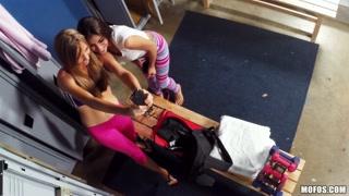 Meninas lésbicas flagradas pela cam escondida no balneário.