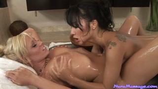 Lesbicas fanáticas se deliciam com o prazer na putaria sensual.