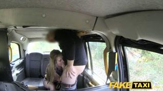 Passageira safada entra no táxi do prazer pra chupar pau