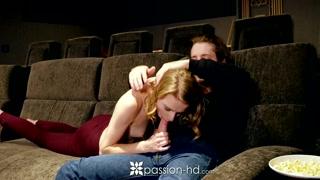 Novinha safada faz putaria e chupa pica na sessão de cinema