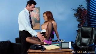 Estagiária ganha promoção fazendo vídeo de sexo com chefe