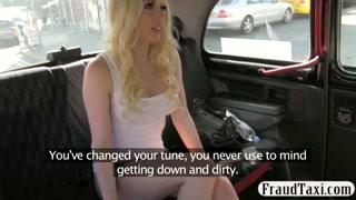 Loira linda deixa o taxista arrombar bem seu cu na cavalgada