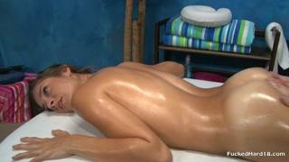Massagista gostoso é filmado enquanto toca cliente