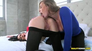 Garotas lésbicas beijam com paixão e chupam com tesão