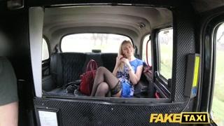 Prazer e aventura sexual de passageira com motorista de táxi