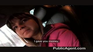 Gatinha aceita dinheiro de taxista para mamar e fuder