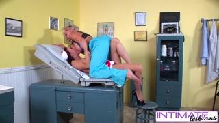 Sexo lésbico com médica, enfermeira e paciente no gabinete