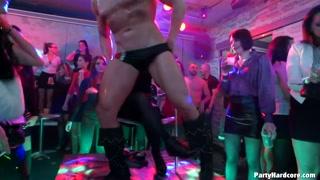 Noite de orgia e show erótico na boate com foda bem louca