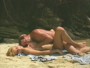 Amantes na praia deserta dão uma boa trepadinha na areia