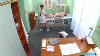Médica gostosa pega no pau no paciente e fode no consultório