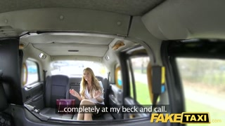 Passageira faz boquete e fode com motorista no táxi fake