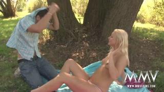 Loira toma sol no bosque e fode bem gostoso com namorado